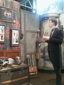 Un homme en costume admirant des cadres dans un décor steampunk