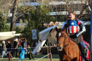 homme en armure à cheval, peinture captain america