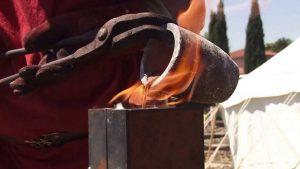 fonte de métal, méthode historique avec pinces et creuset