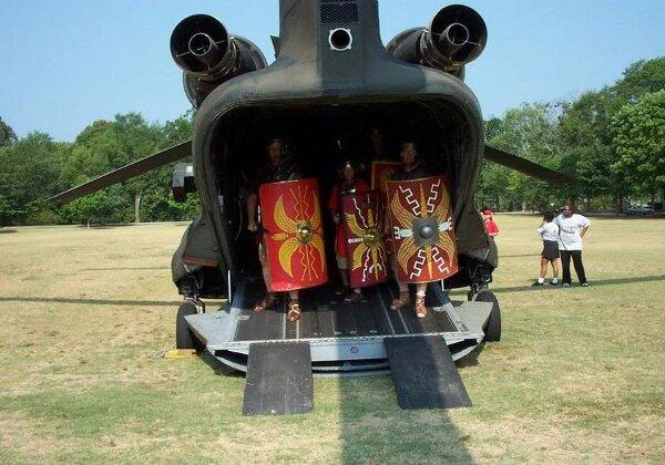 légionnaires romains antiques sortant d'un transport de troupes moderne